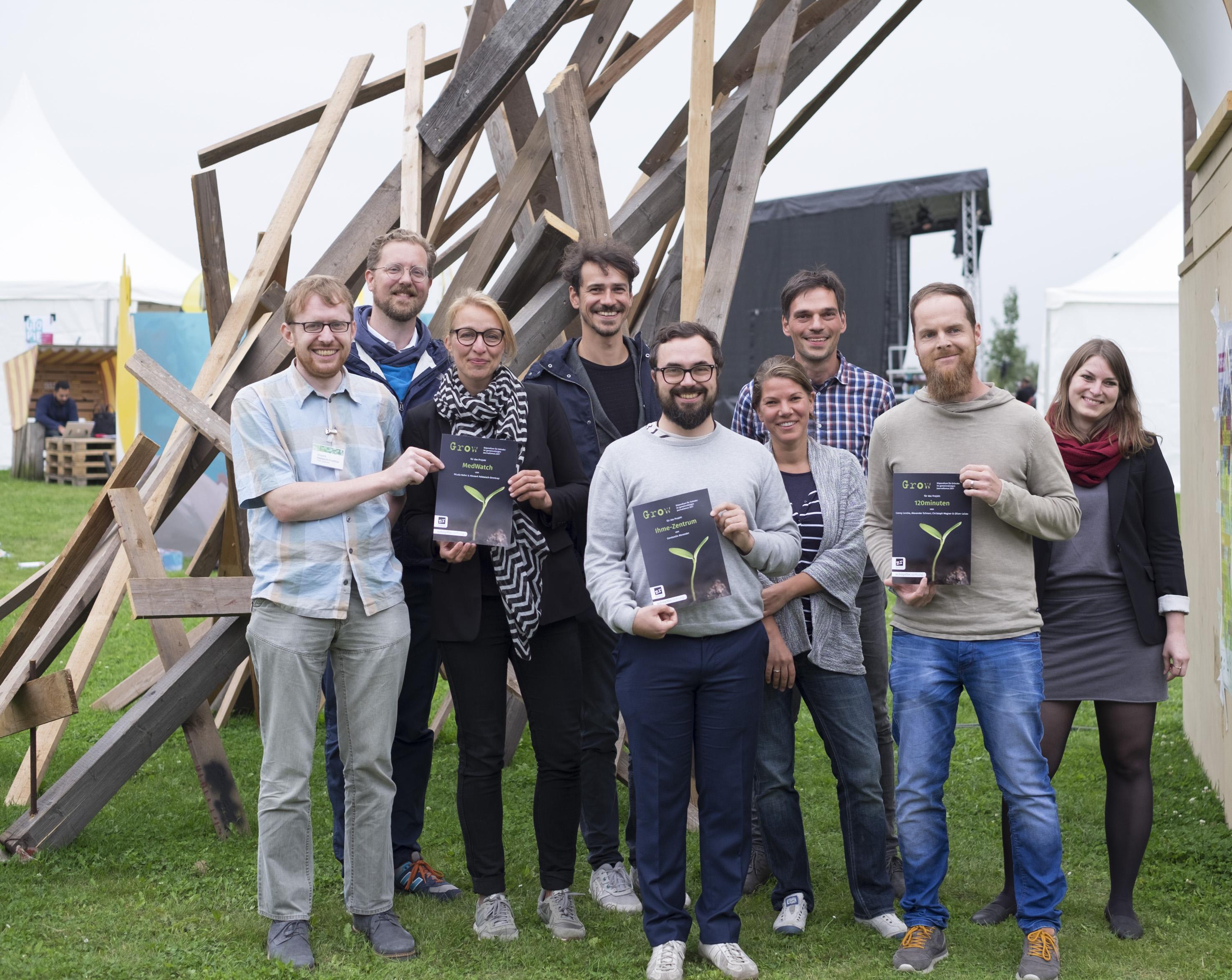 Grow-Gewinner und -Jurymitglieder 2017 (von links): Hinnerk Feldwisch-Drentrup (MedWatch), Christian Humborg (Wikimedia Deutschland), Nicola Kuhrt (MedWatch), Lukas Harlan (Schöpflin Stiftung), Constantin Alexander (Ihme-Zentrum), Tabea Grzeszyk (Hostwriter), Thomas Schnedler (netzwerk recherche / Correctiv), Alexander Schnarr (120minuten), Katharina Wiegmann (Perspective Daily). Foto: Ivo Mayr