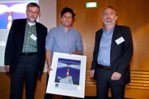 Leuchtturm 2013 (von links): Egmont R. Koch (Vorstand netzwerk recherche), Moises Saman (Preisträger), Oliver Schröm (1. Vorsitzender netzwerk recherche).  Foto: Franziska Senkel.