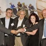 """nr-Vorstandmitglied Tina Groll verleiht die """"Verschlossene Auster"""" 2011, für die """"Informationsblockierer des Jahres"""" an die vier großen, deutschen Atomkonzerne RWE, EnBW, Vattenfall und EON. (Fotograf: Bastian Dincher)"""