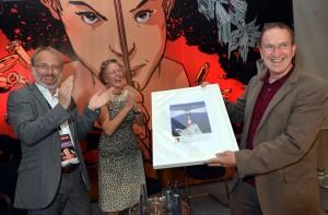 Oliver Schröm und Annette Ramelsberger gratulieren Preisträger Ulrich Chaussy. Foto: Wulf Rohwedder