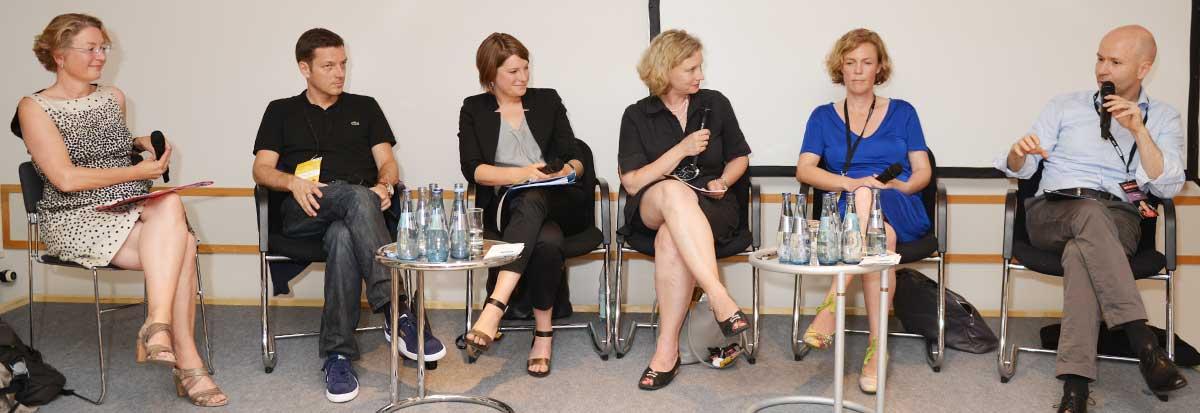 """In dem Panel """"Ist investigativ nur männlich?"""" diskutierten Annette Ramelsberger, Holger Stark, Lena Kampf, Annette Leiterer (moderation), Ilka Brecht und Jörg Eigendorf. Foto: Rohwedder"""