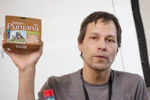 """Philipp Jussim über sein von nr gefördertes Radio-Feature """"Fair-Giftet. Nachhaltiger Handel und der Tee aus Indien""""; Foto: Raphael Hünerfauth"""