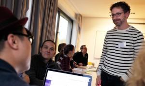 Michael Hörz (im Bild rechts) vermittelt gerne seine Datenjournalismus-Kenntnisse – hier beim Daten-Labor 2015.