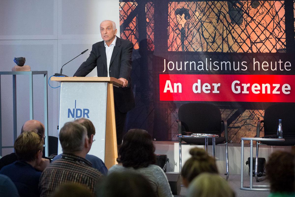 Verleihung der Verschlossenen Auster 2016 – Laudator Thilo Weichert (Foto: Raphael Hünerfauth)
