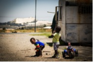 Kinder in Tudor Shaft in der Nähe einer Halde. (Foto: www.ujuzi.de)